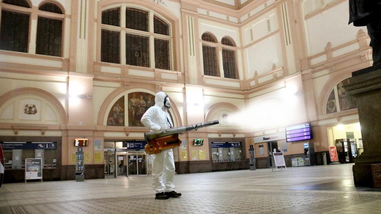 Prázdná hala. Česká nádraží se vyprázdnila, takto bylo dezinfikováno to v Plzni. Cestuje se většinou jen za prací, i dojíždějící zaměstnanci ale zčásti také zůstávají doma.