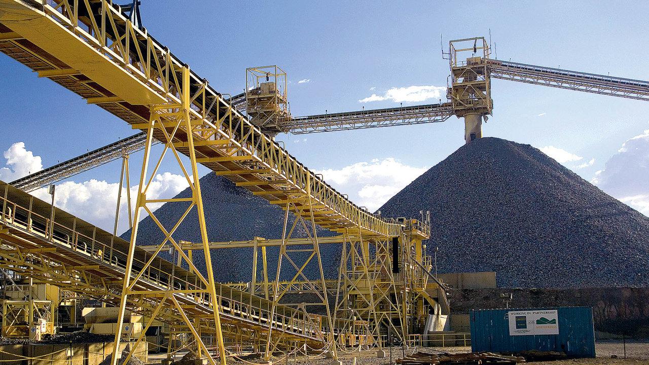 Koncentrace zlatavdnešních ložiscích je velmi nízká. Při těžbě tak vzniká obrovské množství jedovatého anerekultivovatelného materiálu.