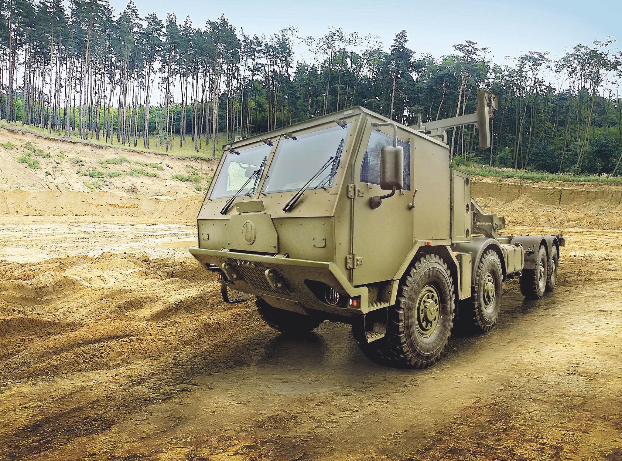 Nosič kontejnerů Tatra Force s hákovým nakladačem a standardní nebo pancéřovou kabinou je vhodný pro logistickou podporu v bojových operacích, ale i při řešení krizových situací na území Česka. Zodolněná kabina chrání posádku za všech okolností.
