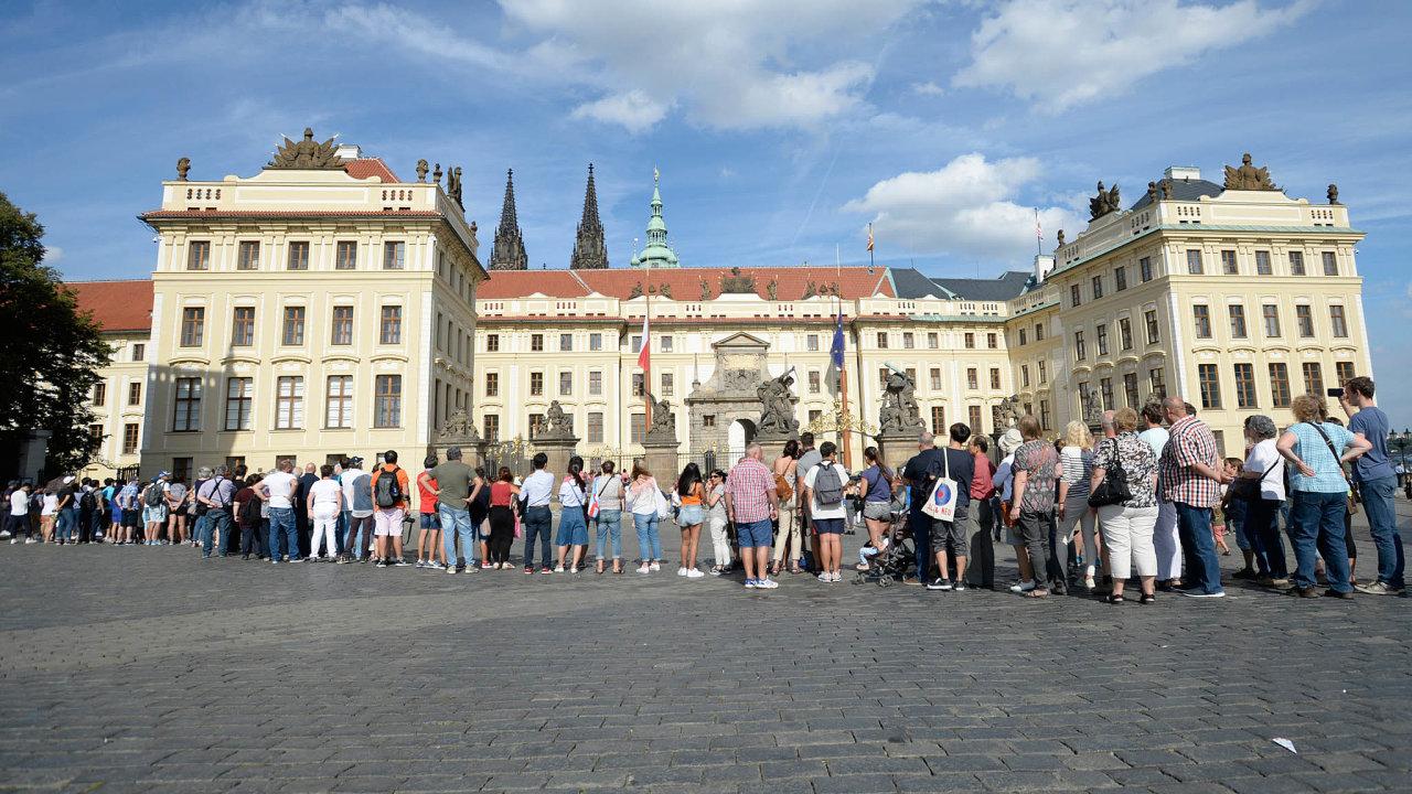 Přísné kontroly u vstupu do areálu Pražského hradu zavedla prezidentská kancelář v roce 2016. Před hradem se tak začaly tvořit fronty.