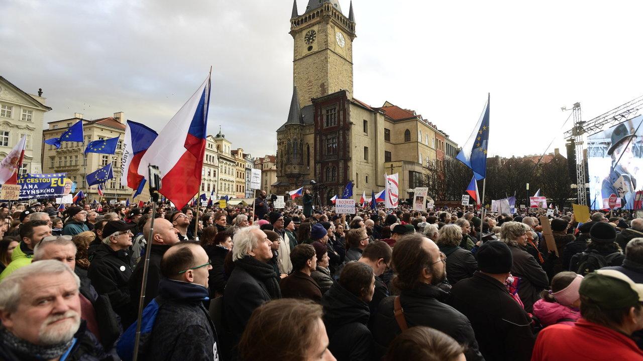 Tisíce lidí dorazily na Staroměstské náměstí v Praze na demonstraci na obranu demokratických institucí, kterou vyhlásil spolek Milion chvilek po únorovém zvolení Stanislava Křečka ombudsmanem.