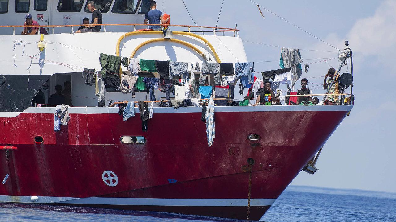 Asi 400 migrantů strávilo na lodi poblíž Malty řadu dní, než jim v pondělí úřady povolily přistát. Francie, Portugalsko a Lucembursko ostrovní zemi nabídly, že si část běženců převezmou.