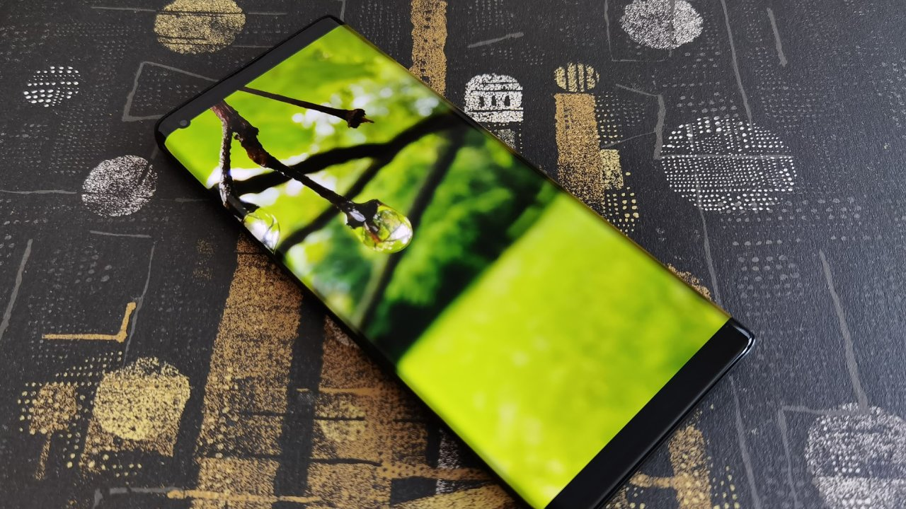 Motorola Edge Plus má netradiční displej a velké ambice