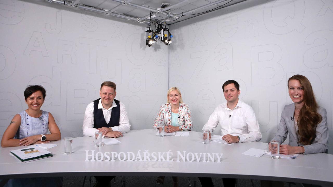 Debaty vsídle vydavatelství Economia se nakonci července zúčastnili (zleva) Martina Ferencová, Tomáš Prouza, redaktorka Jana Niedermeierová, Michal Pomahač aJitka Němečková.