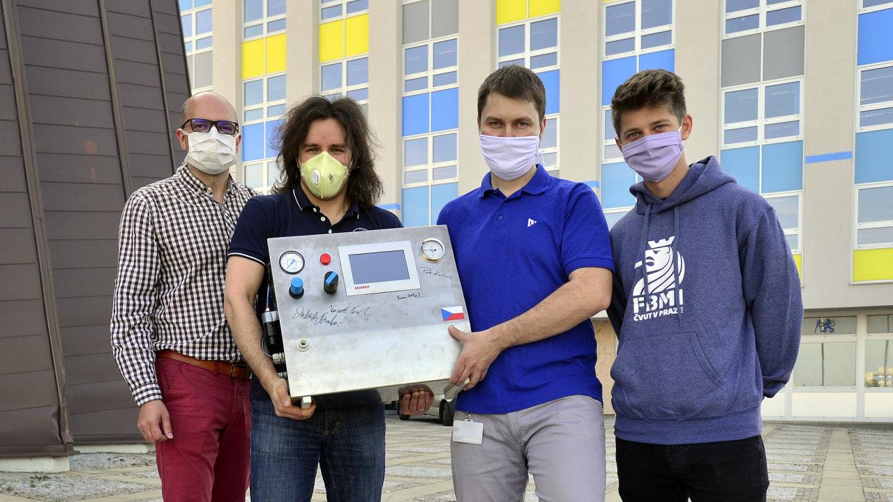 Čekání narazítko. Část týmu ČVUT sprototypem ventilátoru CoroVent, který čeká už měsíce nacertifikaci.