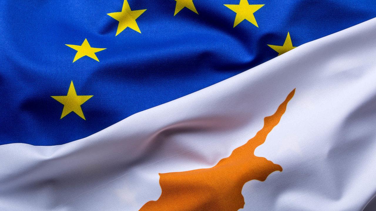 Do EU přes Kypr. Z kupování občanství Kypru, členské země Evropské unie, za investice se stalo kupčení. Vláda po skandálu program zrušila.