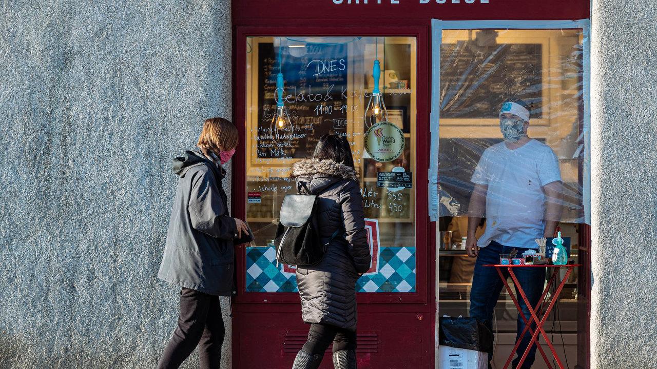 Podnikatelům vznikne opět nárok nakompenzační bonus vevýši 500 korun denně. Budou ho mít ti, kteří museli kvůli opatřením vlády uzavřít provozy či omezit podnikání.