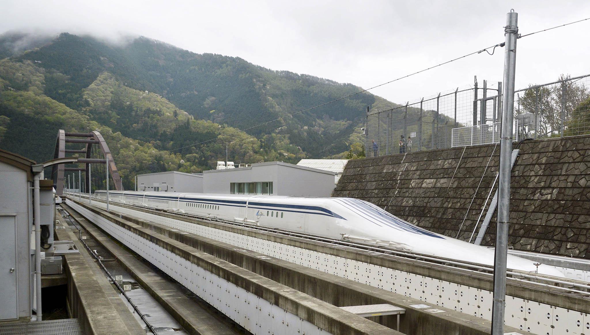 Souprava bude podokončení výstavby trati jezdit mezi městy Tokio aÓsaka.