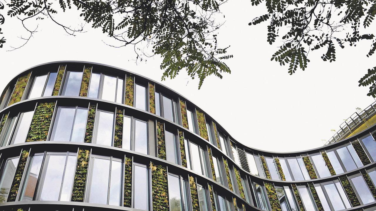 Zelený motýl. Administrativní budovu AFI Karlín navrhl architekt David Chisholm zmezinárodního ateliéru CMC architects. Úsporná budova, jejíž fasádu zdobí na40 tisíc rostlin, získala certifikát BREEAM Excellent.