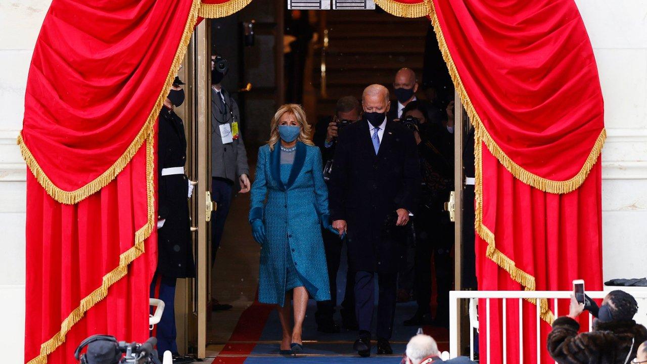 Kupředu: Joe Biden s manželkou Jill během inauguračního ceremoniálu.