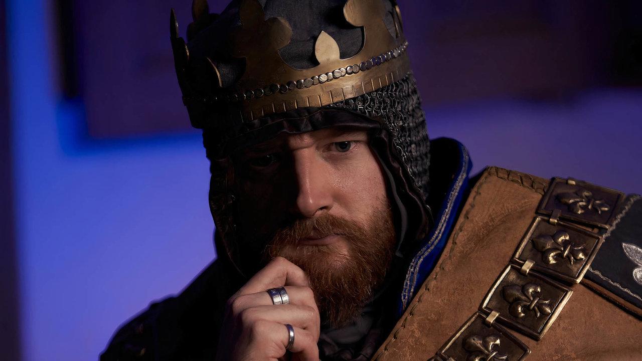 Král ve fandomu. Filip Ženíšek je sice také divadelník, ale kostým a role krále na fanouškovské akci vyznavačů videoher se na něm ocitl souhrou okolností.