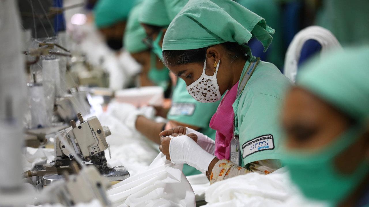 """Tisíce žen adívek pracují vasijských továrnách za""""hladovou"""" mzdu 10 ivíce hodin denně bez nároku nadovolenou. Nasnímku šičky vtovárně Fakhruddin Textile Mills Limited vbangladéšském Gazipuru."""