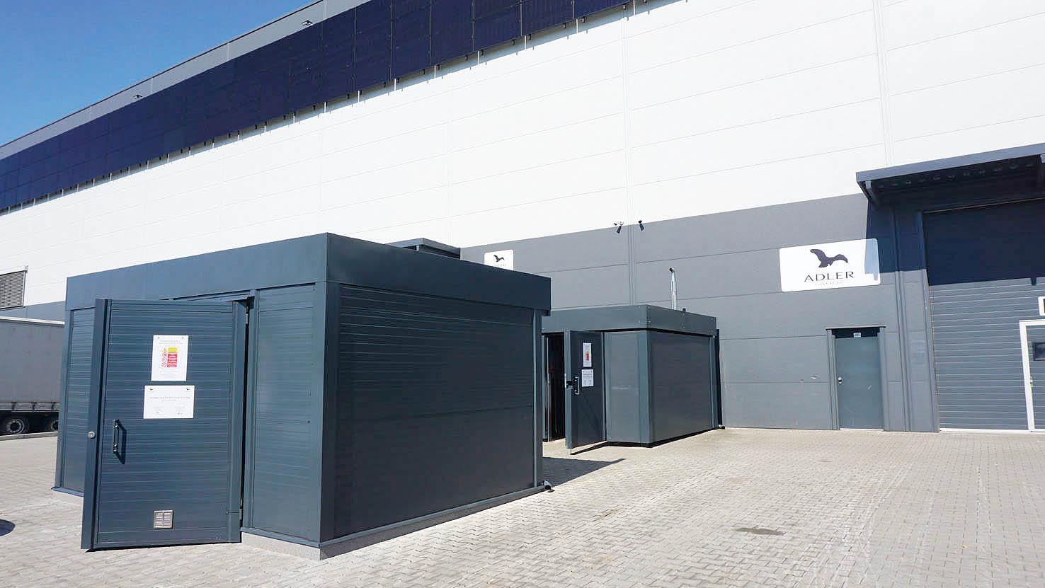 Skladové a logistické centrum společnosti Malfini (dříve Adler) vyniká hybridním fotovoltaickým systémem s bateriemi a kogenerací. Má rozlohu 19 300 metrů čtverečních a denně je odsud vyexpedováno až 250 tisíc kusů textilního zboží.