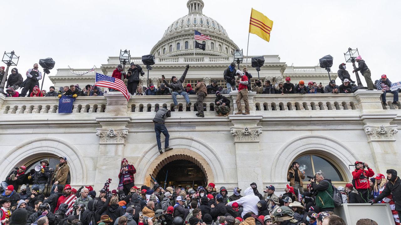 Zhruba 10tisíc lidí obklíčilo 6. ledna americký Kongres a okolo 900 znich vtrhlo dobudovy.