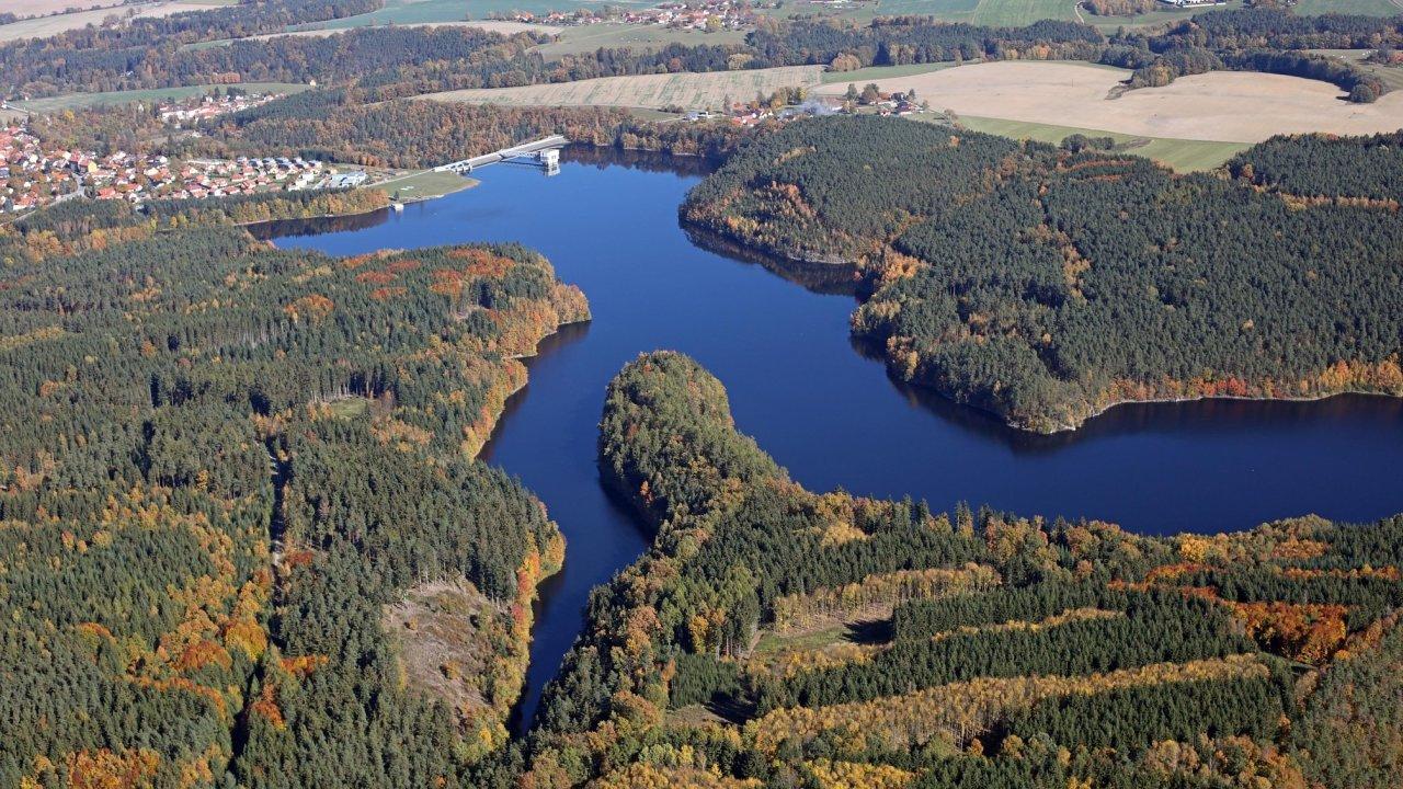 Letecký pohled na římovskou přehradu, v jejíž vodě vědci měří obsah kyslíku už od doby jejího napuštění v roce 1979.