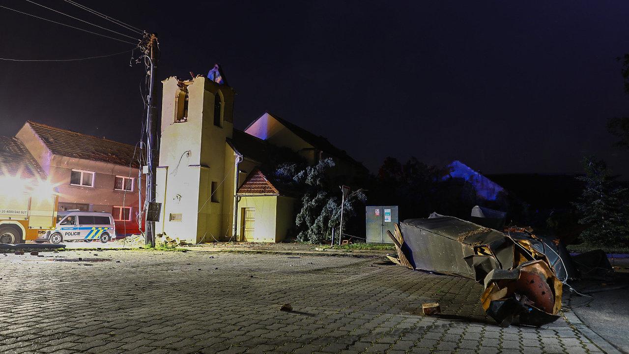 Kostelu v Hruškách vítr urval dřevěnou špičku.