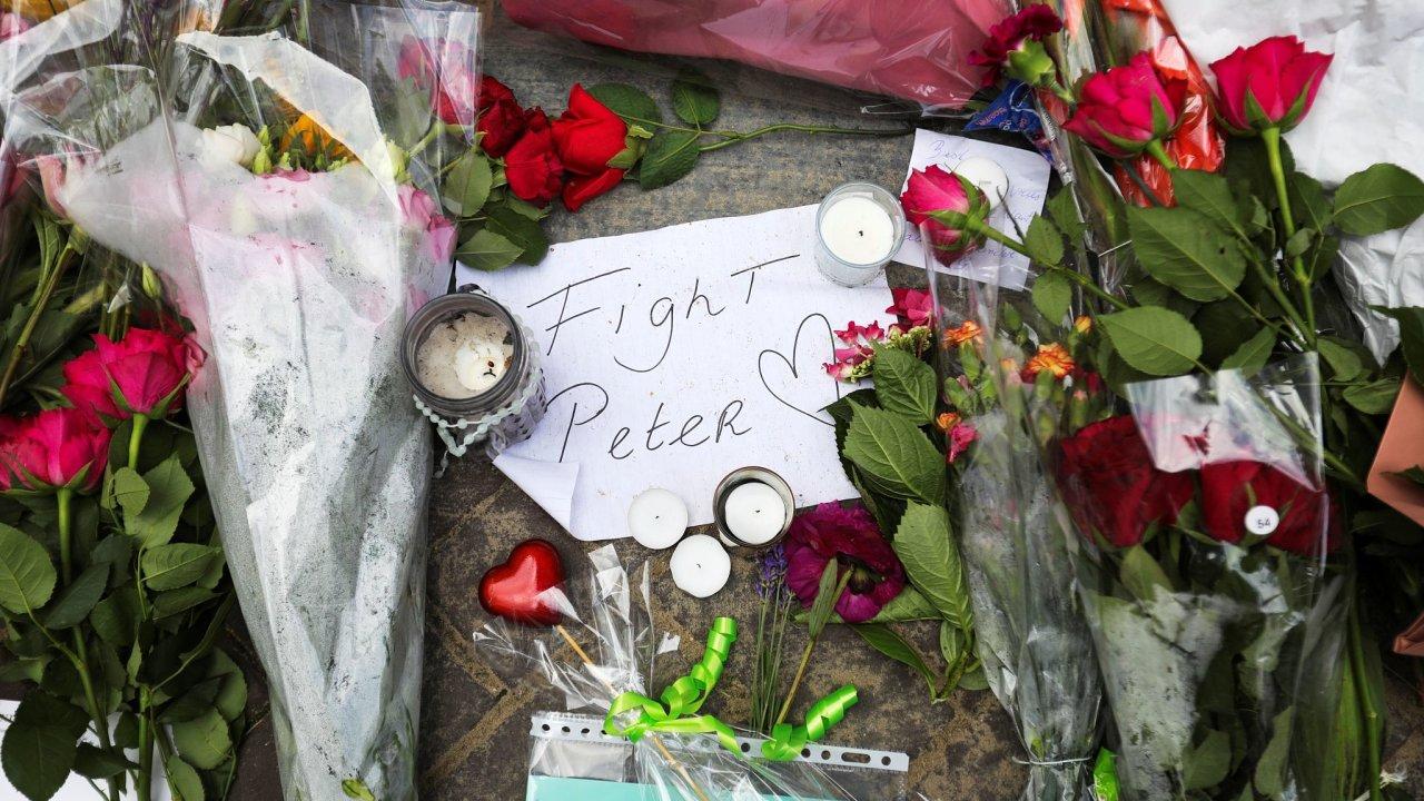 Útočník v úterý v Amsterodamu střelil do hlavy novináře Petera de Vriese. V nemocnici bojuje o život. Na místo události nosí lidé květiny a vzkazy.