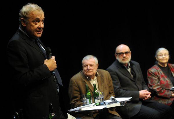 Martin Palouš moderuje setkání věnované Chartě 77