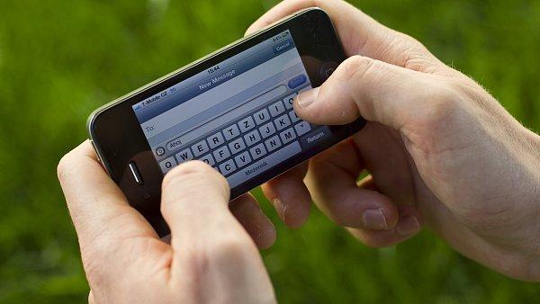 Psaní SMS, ilustrační foto
