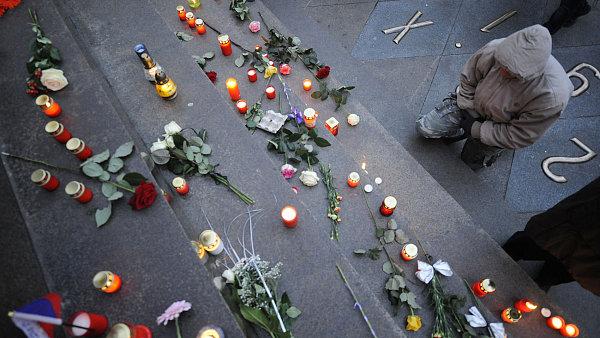 Lidé pokládají svíčky na Václavském náměstí k uctění památky Václava Havla