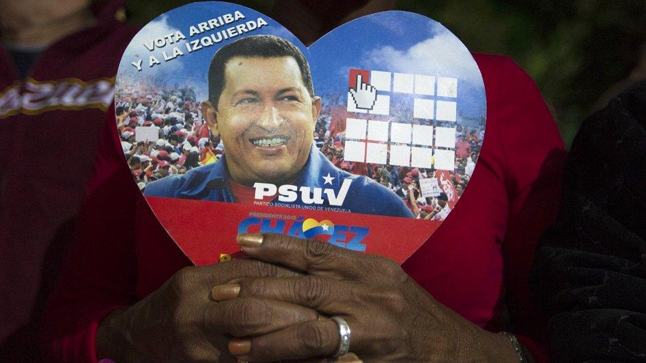 Snímek prezidenta Chavéze v rukou jeho fanoušků