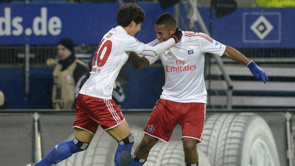 Fotbalisté Hamburku se radují z branky