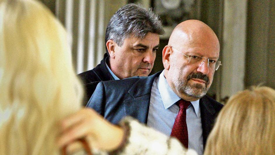 Tomáš Malina (v pozadí) byl uvězněn za zpronevěru.