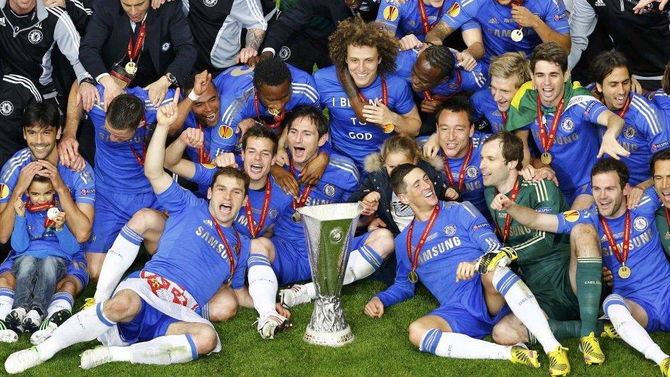 Hráči Chelsea s trofejí pro vítěze Evropské ligy