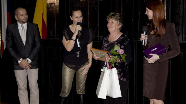Moderov�n� ve�era, na kter�m byli ocen�ni finalist� 2. ro�n�ku sout�e Zdravotn� posti�en� Zam�stnanec roku, se 23. ��jna 2012 ujala Lucie V�born�.