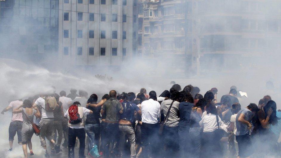 Policie rozhání demonstranty, Istanbul