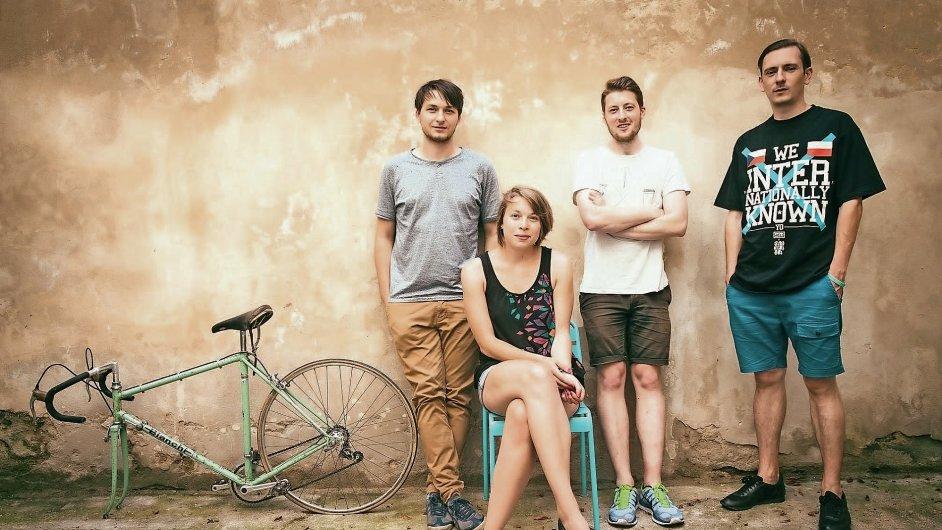 Kreativní skupinu Okolo tvoří Matěj Činčera, Zuzana Těťálová, Adam Štěch a Jan Kloss.