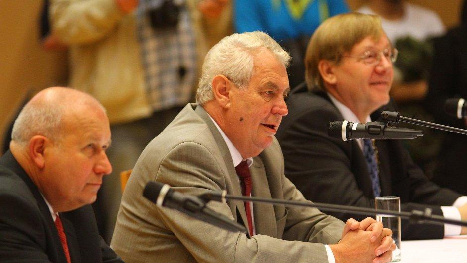 Prezident Zeman s rektorem Univerzity Jana Evangelisty Purkyně v Ústí nad Labem René Wokounem (vpravo) při debatě se studenty.