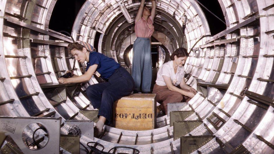Muži odešli bojovat a ženy bylo třeba rychle zaškolit pro práci v továrnách, třeba pro výrobu bombardérů. Metoda TWI se proto zrodila za 2. světové války.