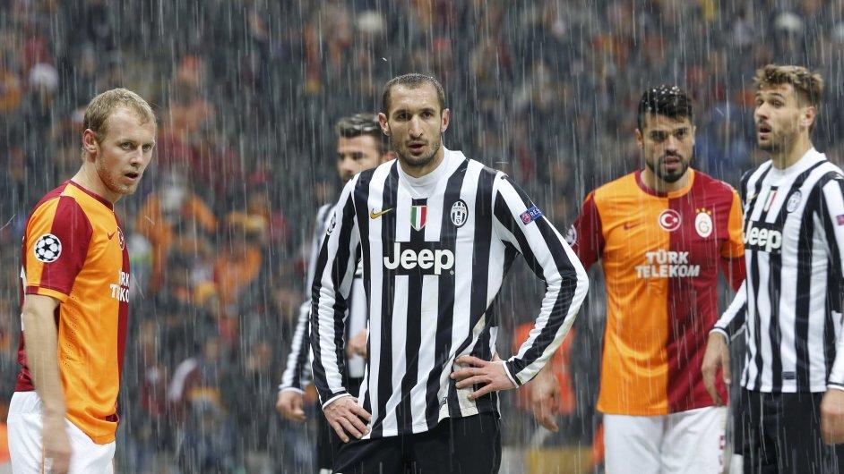 Giorgio Chiellini (uprostřed) se svými spoluhráči na hřišti Galatasaraye zamrzl