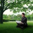 V Praze vzniká první kancelář přímo v parku pod stromy. Bude mít stůl a wi-