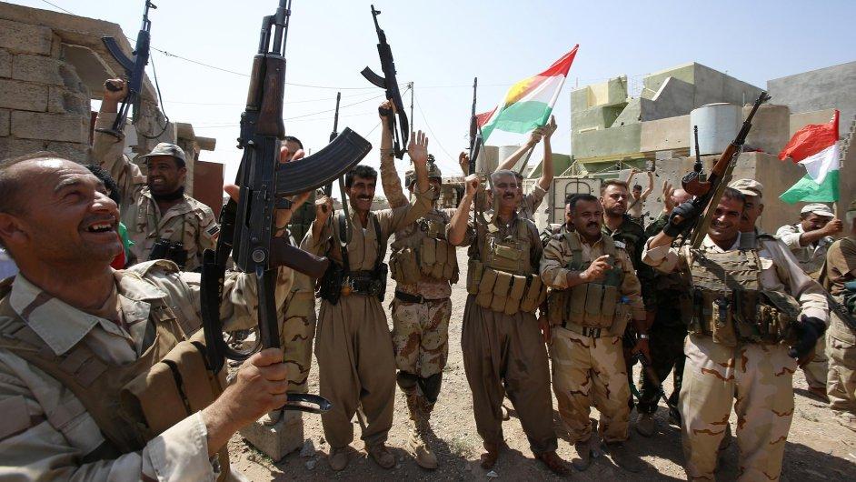 Kurdští bojovníci oslavují dobytí města Sulajmán Pak.