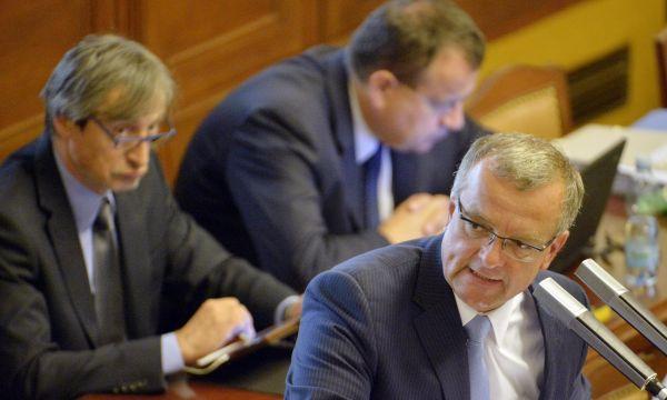 Miroslav Kalousek TOP 09 (vpravo) a ministr obrany Martin Stropnický (vlevo) při jednání Poslanecké sněmovny 10. září v Praze.
