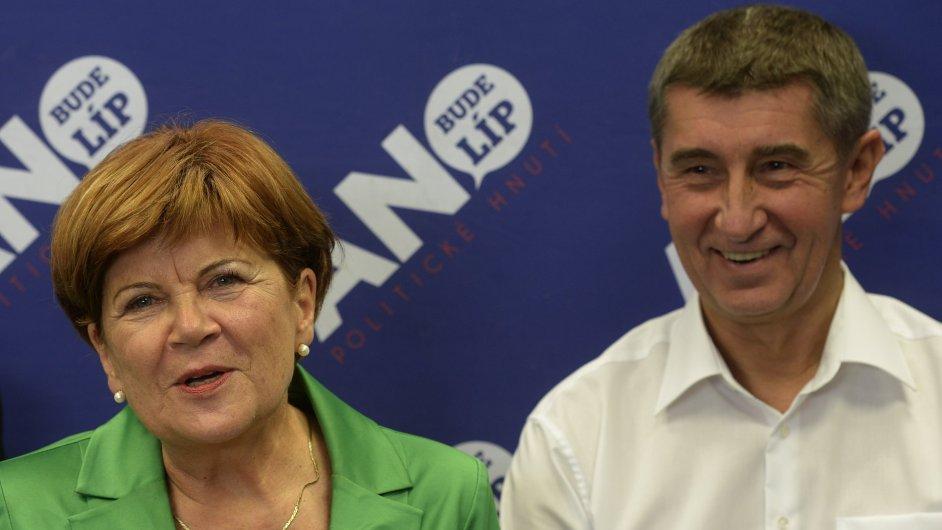 Senátorka Zuzana Baudyšová a předseda hnutí ANO Andrej Babiš vystoupili 18. října v Praze na tiskové konferenci.