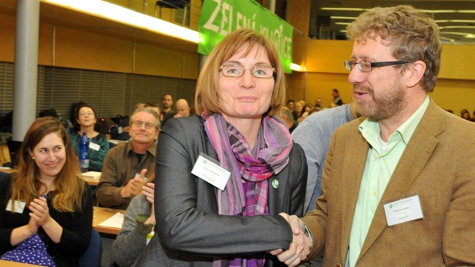 Jana Drápalová byla zvolena na sjezdu v Brně novou předsedkyní Strany zelených. Vpravo je delegát Martin Ander.
