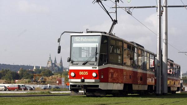 Zm�ny v MHD v Praze. Na sn�mku tramvaj ��slo 12 na Letensk� pl�ni