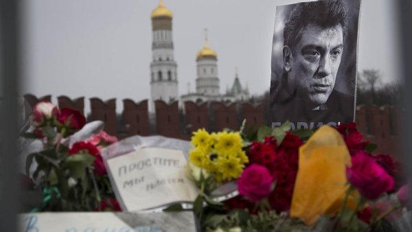 Kv�tiny pro hrdinu: Putin�v kritik Boris N�mcov p�edstavuje po n�siln� smrti pro �adu Rus� hrdinu.