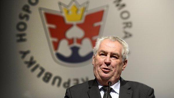 Prezident Milo� Zeman na sn�mu Hospod��sk� komory �ekl, �e p�ed� rektor�m tajn� materi�ly o dvou kandid�tech na profesory.