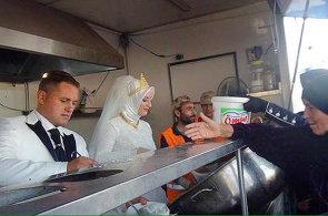 Svatební hostina pro čtyři tisíce lidí: Novomanželé v Turecku se rozdělili s uprchlíky ze Sýrie