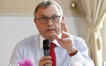 Budeme apelovat na poslance, aby tento n�vrh neschv�lil, ��k� k novele z�kon�ku pr�ce prezident Hospod��sk� komory Vladim�r Dlouh�.