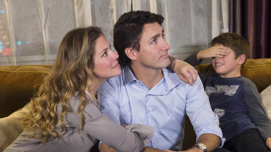 Justin Trudeau s manželkou Sophií a synem Xavierem sledují výsledky kanadských voleb.