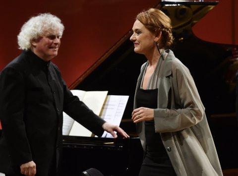 Snímek z úterního vystoupení Magdaleny Kožené se sirem Simonem Rattlem v Praze.