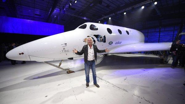 Richard Branson pózuje s novým raketoplánem SpaceShipTwo.