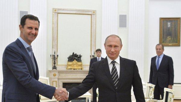 Ruský prezident Vladimir Putin (uprostřed) poručil začít stahovat ruská vojska ze Sýrie. Foto z října 2015.