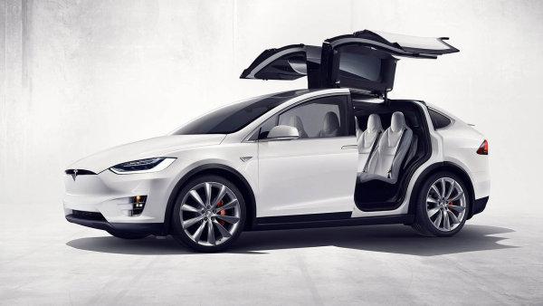 Elektromobil Tesla Model X předvádí neortodoxní přístup k nastupování.