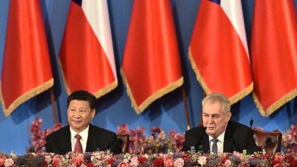 Čínský prezident Si Ťin-pching a český prezident Miloš Zeman na ekonomickém fóru na pražském Žofíně.